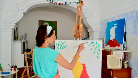 Formerly a businesswoman and now a life coach, Sajili spent five days in the studio of master artist Clare, where she learned painting, explored the markets and cobblestone streets of Guardia, and lived her days immersed in creativity and self-expression. #vawaa #creativity #art #artist #painting #italy #travel #solotravel #painting