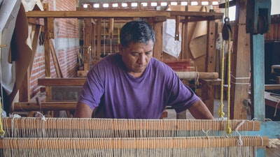 Learn from Zapotec artisans in Oaxaca, Mexico traditional naturally dyeing techniques and weaving. #creativevacation #vawaa #travelmexico #oaxaca #creativity #naturalfabricdyeing #naturaldyes #slowtravel #cochineal #crafts #howtomake